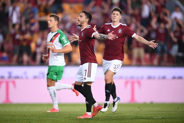 Záložník Sparty David Moberg Karlsson proměnil penaltu a Letenští v odvetném utkání 2. předkola Ligy mistrů vedla nad Rapidem Vídeň.