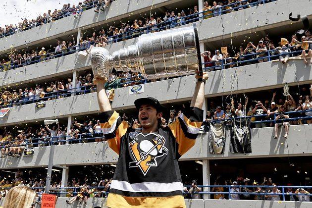 Kris Letang před fanoušky se Stanley Cupem v Pittsburghu.