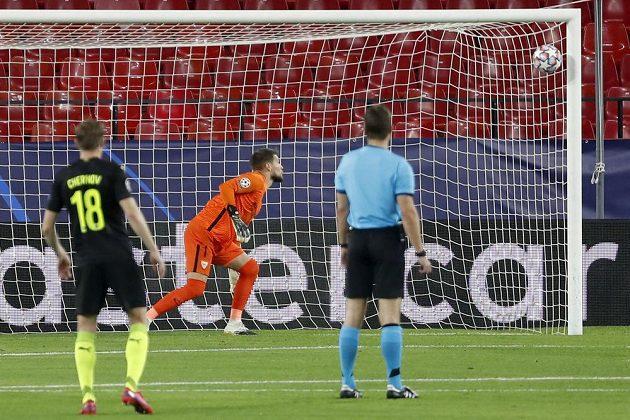 Brankář Tomáš Vaclík ze Sevilly sleduje, jak míč po střele Magomeda Sulejmanova z Krasnodaru končí v jeho síti.