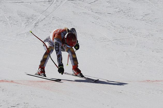 Ester Ledecká projíždí cílem olympijského superobřího slalomu.