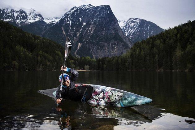 Vodní slalomář Vavřinec Hradilek na svém novém kajaku.