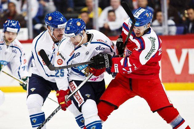 Finové Teemu Laakso (vlevo), Pekka Jormakka a český hokejista Tomáš Zohorna.