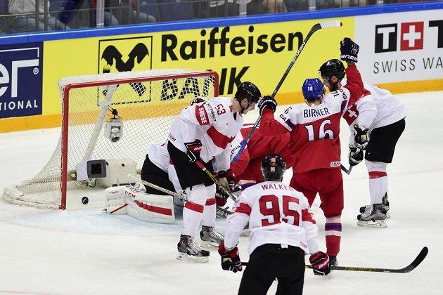 Český útočník Michal Birner (č. 16) se raduje z vyrovnávacího gólu proti Švýcarsku.