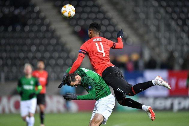 Jablonecký útočník Martin Doležal dostal v souboji se stoperem Rennes Edsonem Mexerem v utkání Evropské ligy pořádně naloženo.