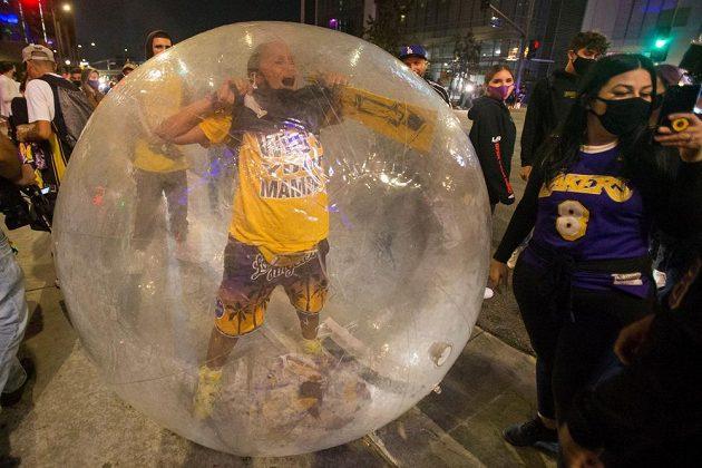 Fanoušci Los Angeles Lakers slaví triumf ve finále NBA.