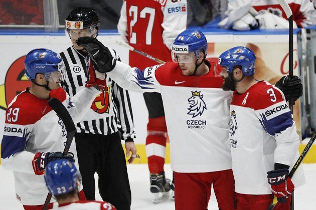 Radek Faksa slaví gól na MS společně s Radko Gudasem (vpravo) a Jan Kolářem (vlevo)