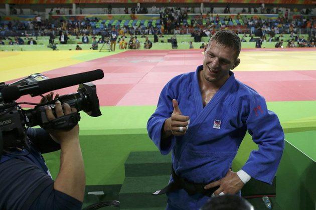Čerstvý olympijský vítěz v judu Lukáš Krpálek zdraví do kamer.