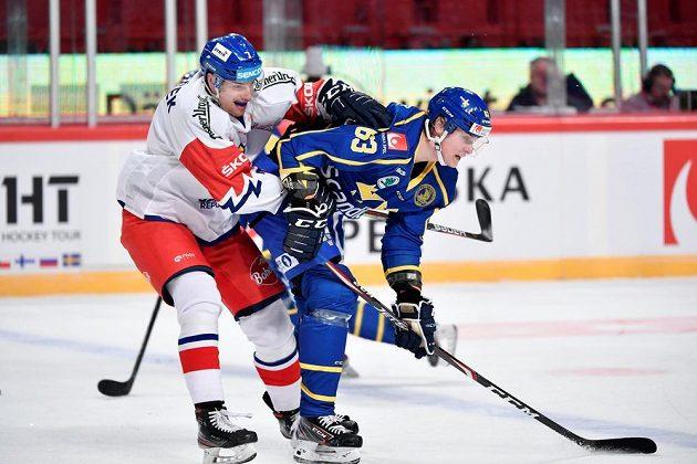 Český zadák David Němeček (vlevo) v souboji s Fredrikem Händemarkem ze Švédska.
