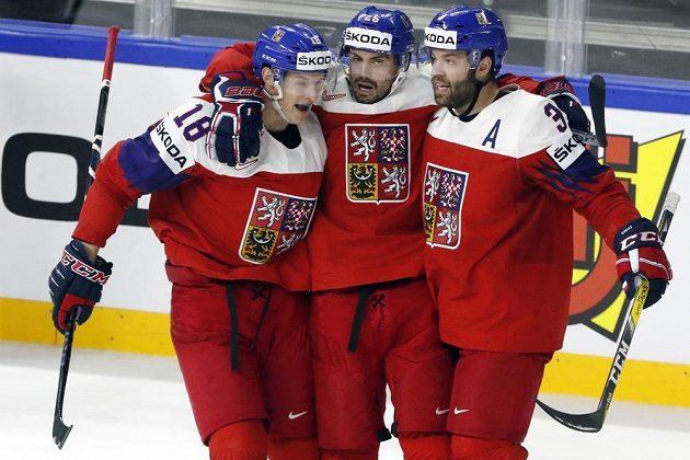 Povedlo se, výhra je naše! Michal Řepík (uprostřed) slaví gól proti Švýcarsku se spoluhráči Dominikem Kubalíkem (vlevo) a Radko Gudasem.