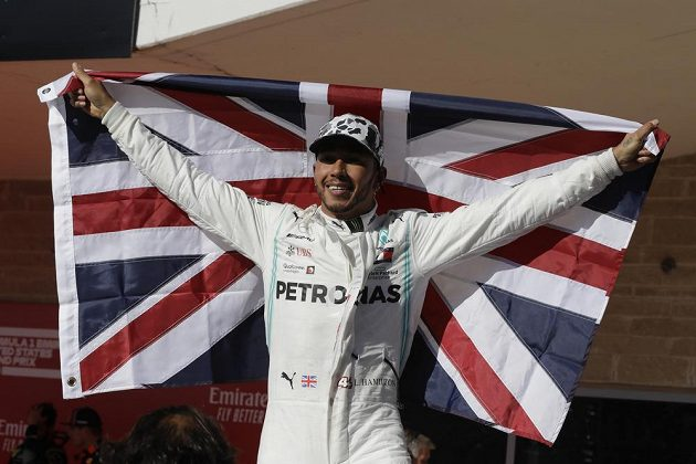 Hrdý šampion. Lewis Hamilton se pošesté v kariéře stal mistrem světa formule 1.