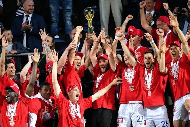 Fotbalisté Slavie se radují z triumfu v domácím poháru.