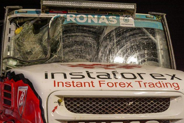 Aleše Lopraise potkaly na trati 2. etapy Rallye Dakar problémy v podobě rozbitého čelního skla.