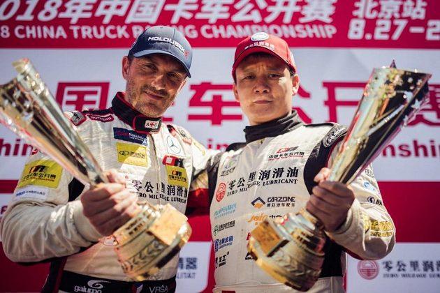 Dvojnásobný mistr Číny David Vršecký (vlevo) a jeho týmový kolega Gong Bin s trofejemi.