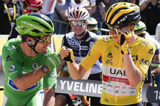 Slovinský cyklista Tadej Pogačar suverénně obhájil prvenství na Tour de France. Během poslední etapy si gratuluje s Britem Markem Cavendishem v dresu pro nejlepšího spurtera.
