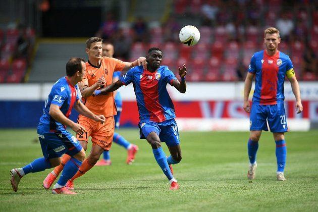 Mladoboleslavský útočník Milan Škoda se snaží prosadit v utkání s Viktorií Plzeň.