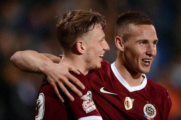 Fotbalisté Sparty Praha Ladislav Krejčí (vlevo) a Pavel Kadeřábek se radují z gólu v Uherském Hradišti.