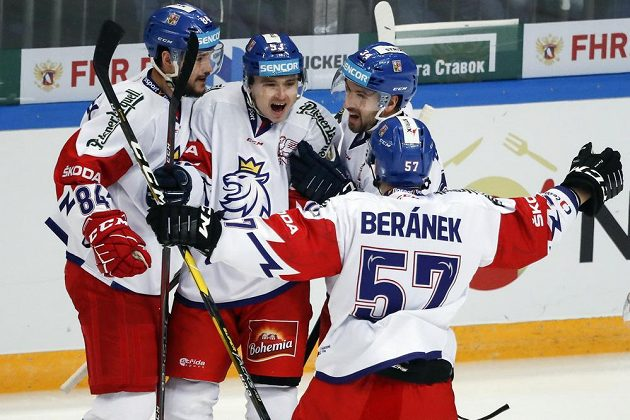 Čeští hokejisté se radují z gólu proti Švédsku.