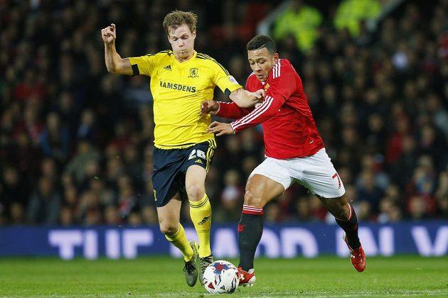 Tomáš Kalas z Middlesbroughu a Memphis Depay z Manchesteru United v pohárovém utkání.