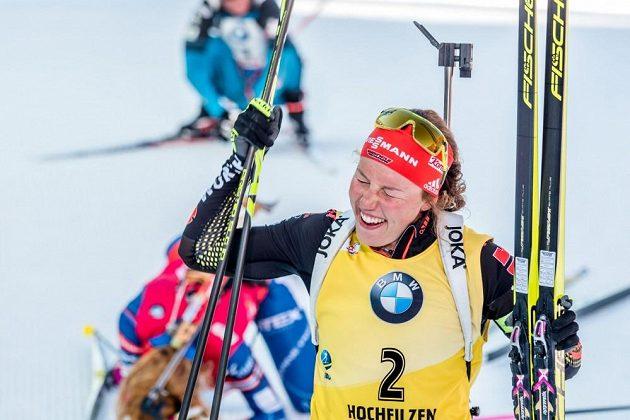 Laura Dahlmeierová slaví prvenství v cíli závodu s hromadným startem.