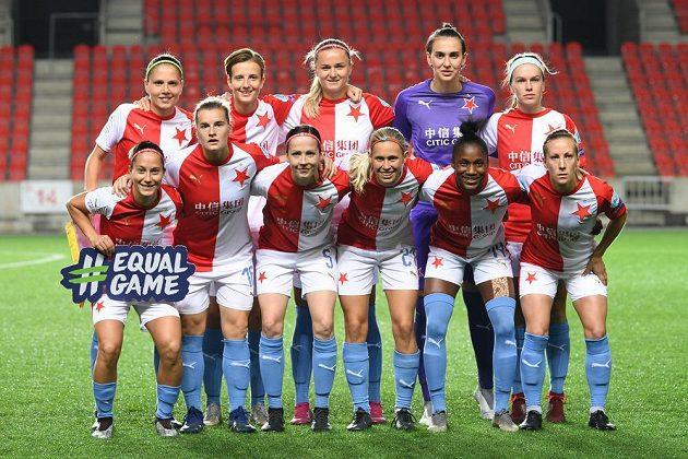Fotbalistky Slavie a jejich týmové foto před utkáním Ligy mistryň s Arsenalem.