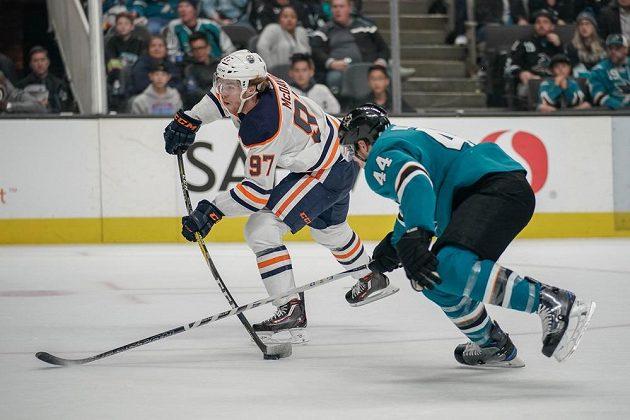 Útočník hokejového Edmontonu Oilers Connor McDavid (97) zakončuje v utkání NHL se San Jose Sharks.