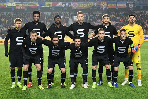 Fotbalisté Sparty ve výročních retro dresech před zápasem s Jabloncem.