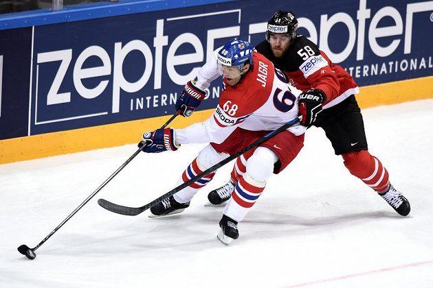 Jaromíra Jágra brání Kanaďan David Savard.