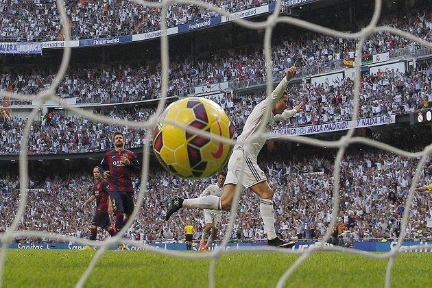 Cristiano Ronaldo (v bílém dresu) z Realu Madrid proměňuje penaltu v zápase s Barcelonou.