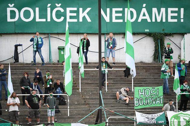 Fanoušci Bohemians na stadionu Ďolíček během fotbalového derby se Spartou.