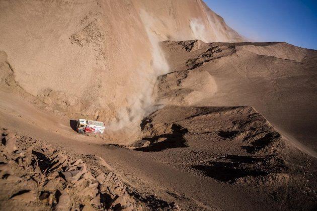 Aleš Loprais s kamiónem MAN v písečném labyrintu při 8. etapě Rallye Dakar.
