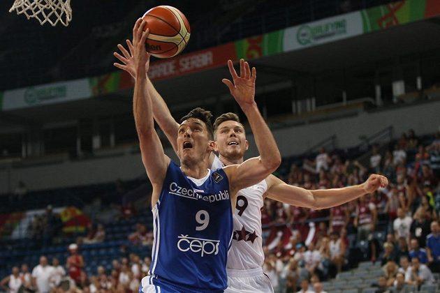 Kapitán českých basketbalistů Jiří Welsch (vlevo) v souboji s Dairisem Bertansem z Lotyšska.