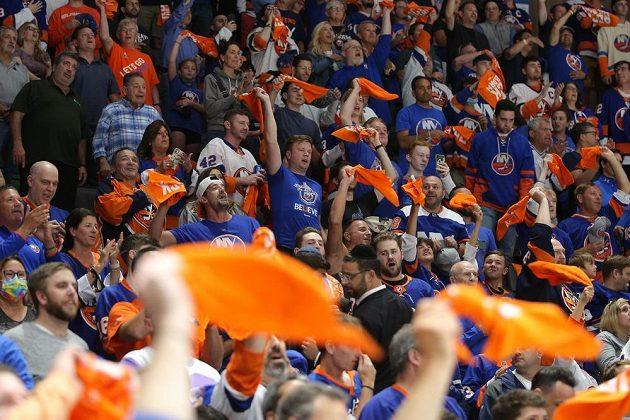 Fanoušci NY Islanders slaví postup Ostrovanů přes Boston Bruins v play off NHL.