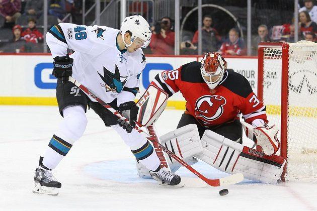 Útočník San Jose Sharks Tomáš Hertl v souboji s gólmanem New Jersey Devils Corym Schneiderem. V tomto případě Hertl gól nedal, skóroval až když New Jersey hrálo bez brankáře.