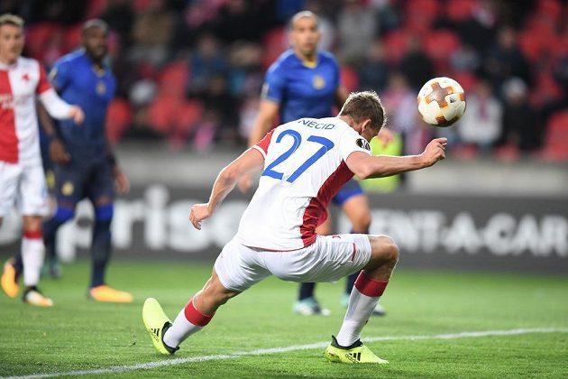 Útočník Slavie Tomáš Necid v krkolomné pozici střílí hlavou první gól v zápase proti Maccabi Tel Aviv.