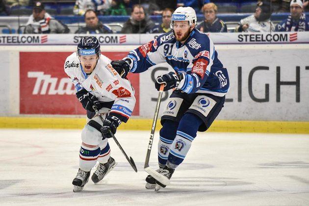 David Květoň z Vítkovic (vlevo) a Martin Procházka z Plzně v utkání předkola play off hokejové extraligy.