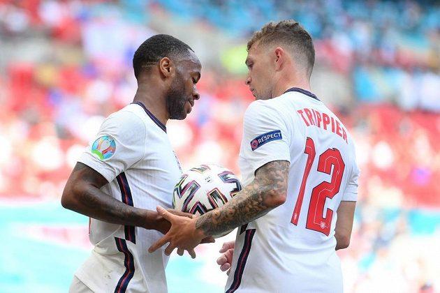 Hrdina anglické fotbalové reprezentace Raheem Sterling a jeho spoluhráč Kieran Trippier během utkání EURO s Chorvatskem.