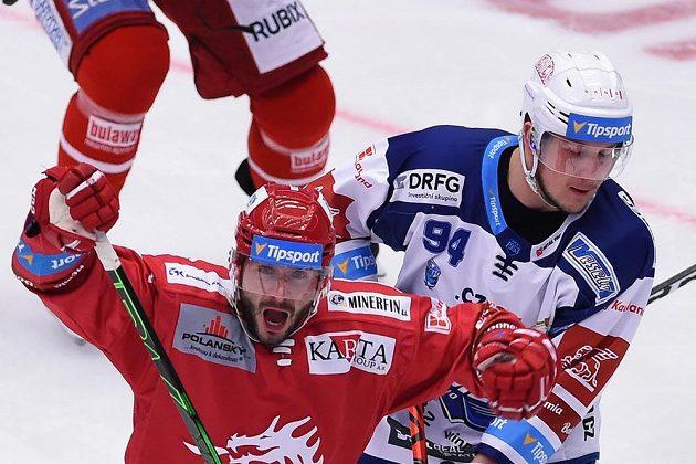 První gól Třince - zleva radující se Erik Hrňa z Třince a Radek Kučeřík z Brna.