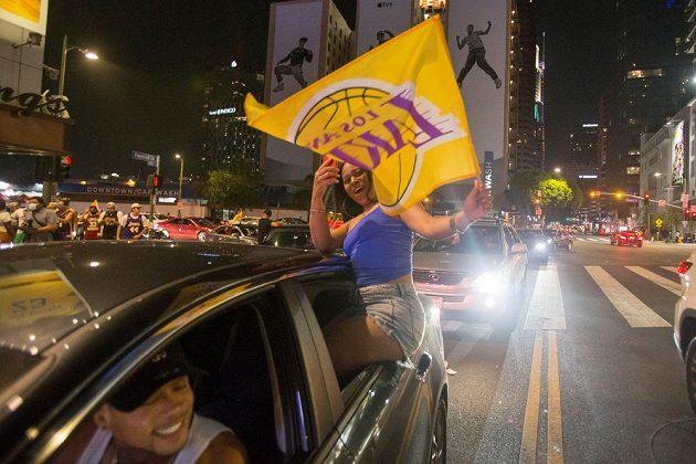 Fanoušci Los Angeles Lakers slaví triumf svého týmu ve slavné NBA.