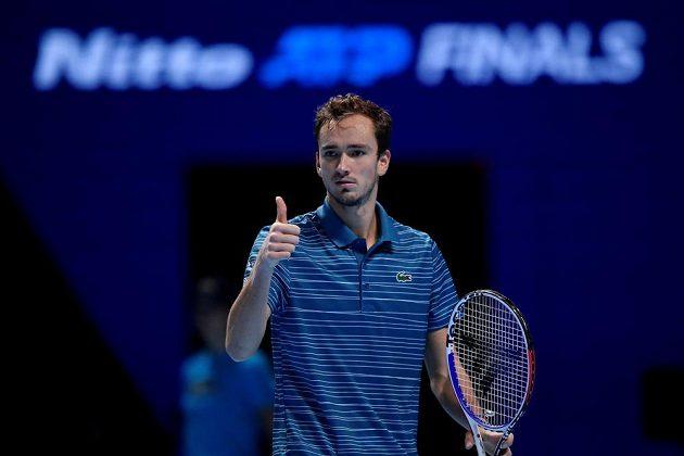 Ruský tenista Daniil Medveděv během utkání se Španělem Rafaelem Nadalem na Turnaji mistrů.