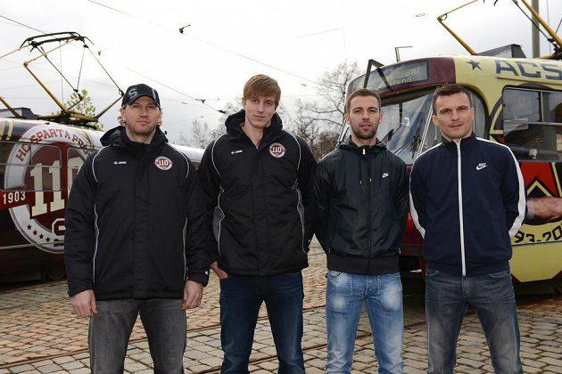 Zleva hokejisté Petr Ton a Daniel Přibyl, fotbalisté Josef Hušbauer a David Lafata před sparťanskými tramvajemi.