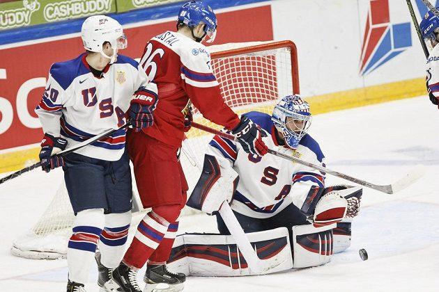 Český útočník Tomáš Šoustal (uprostřed) se snaží překonat amerického brankáře Alexe Nedeljkovice. Vlevo je obránce USA Will Borgen.