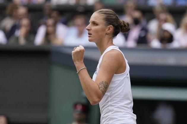 Vítězné gesto po jednom z úderů v podání Karolíny Plíškové v semifinále Wimbledonu s Arynou Sabalenkovou.