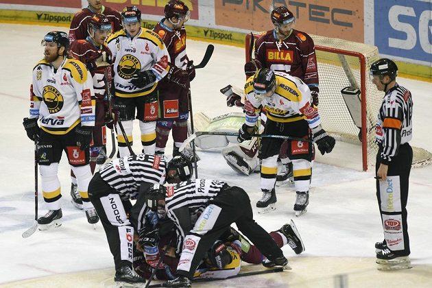 Situace před brankou Sparty v duelu s Litvínovem.