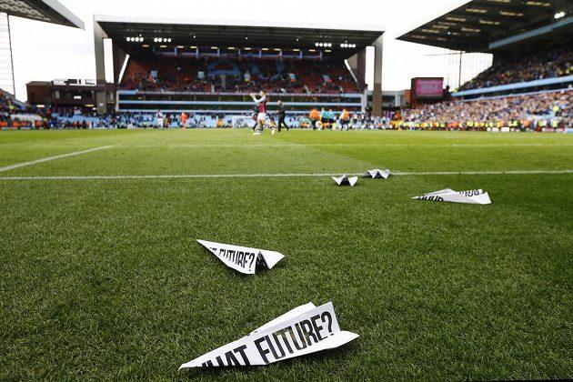 Protestní papíry naházené na hřiště během utkání Aston Villa - Chelsea.