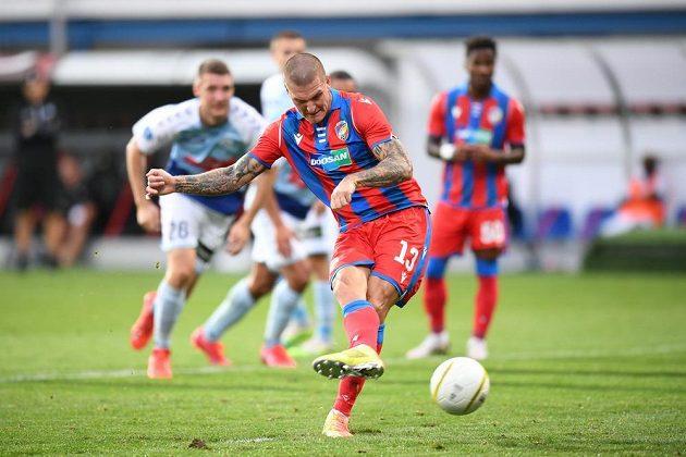 Plzeňský Zdeněk Ondrášek proměňuje penaltu v utkání 3. předkola Evropské ligy se Sönderjyske.