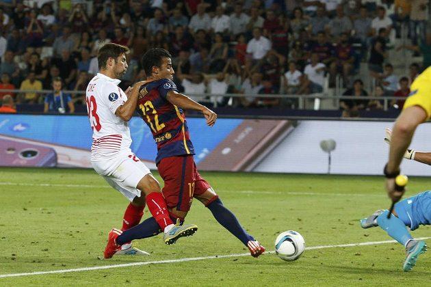 Rafinha (druhý zleva) střílí třetí gól Barcelony v duelu se Sevillou. Vlevo se jej marně snaží ustrážit obránce Coke.