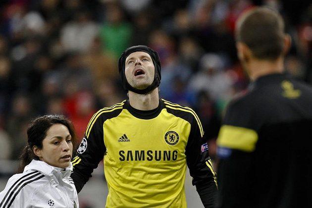 Otřesený brankář Chelsea Petr Čech po nárazu do tyče.