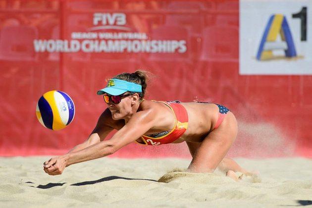 Španělka Baquerizová bojuje o míč při utkání na MS v plážovém volejbale.
