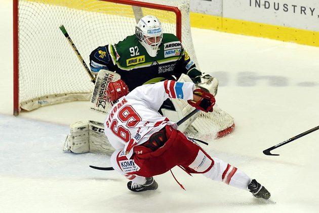 Třinecký útočník Ján Sykora se snaží překonat karlovarského brankáře Tomáše Závorku v zápase 41. kola hokejové Tipsport extraligy.