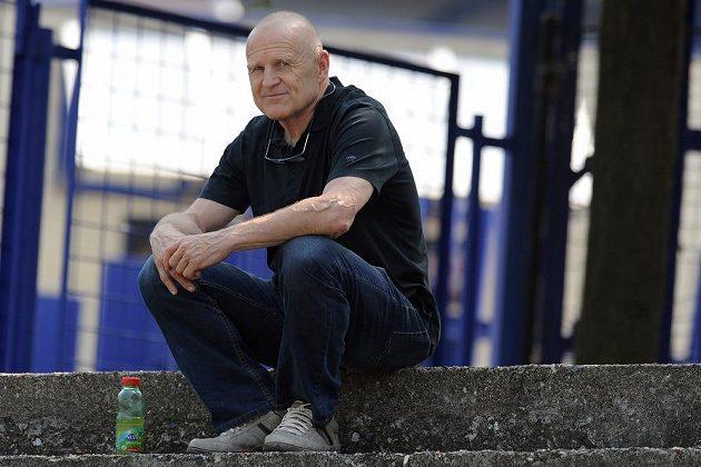 Sportovní ředitel Sparty Jaroslav Hřebík sleduje trénink áčka na Letné.